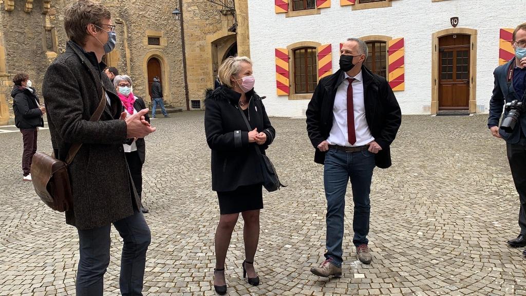 Les candidats socialistes au Conseil d'Etat Frédéric Mairy, Florence Nater et Laurent Kurth dans la cour du Château